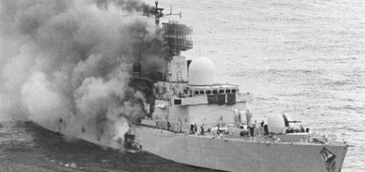 HMS Sheffield trafiony argentyńską rakietą AM 39 Exocet. W wyniku trafienia zginęło 22 marynarzy natomiast okręt po odholowaniu na pełne morze został 6 dni później zatopiony. / Zdjęcie: Internet