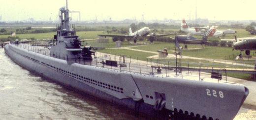 USS Drum - zdjęcie wykonane w 1983 roku przed przeniesieniem okrętu do Alabamy gdzie stoi w Battleship Alabama Memorial Park. / Zdjęcie: en.wikipedia.org