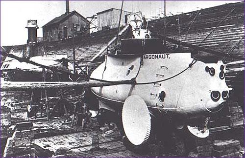 Argonaut I w trakcie budowy. Widoczny kiosk oraz koło pozwalające poruszać się po dnie morskim.
