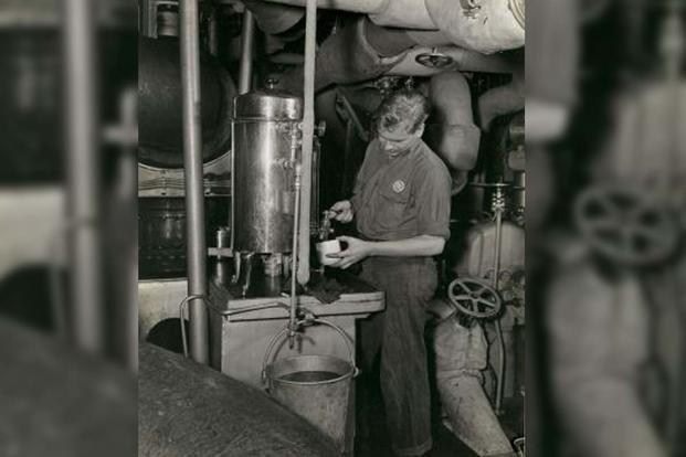 Zaparzona kawa w mesie na okręcie podwodnym. / Zdjęcie: National Archives and Records Administration