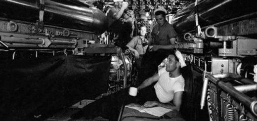 Kilku członków załogi pijących kawę na pokładzie USS Corvina (SS-226) podczas cumowania jednostki w New London, Connecticut, 1943 r. / National Archives and Records Administration