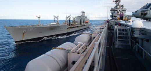 Okręt desantowy typu Wasp, USS Essex (LHD 2) wraz z tankowcem floty USNS Henry J. Kaiser (T-AO 187) podczas ćwiczeń Rim of the Pacific (RIMPAC) 2020, 17 sierpnia 2020 r. / Zdjęcie: John McGovern / US Navy