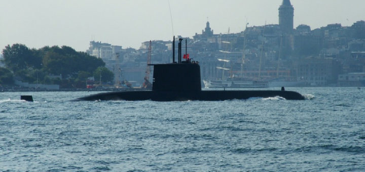 """Dwie epoki na pierwszym planie turecki okręt podwodny typu 209 a na drugim planie żaglowiec """"wtopiony"""" w zabudowanie Stambułu. / Zdjęcie: www.network54.com"""