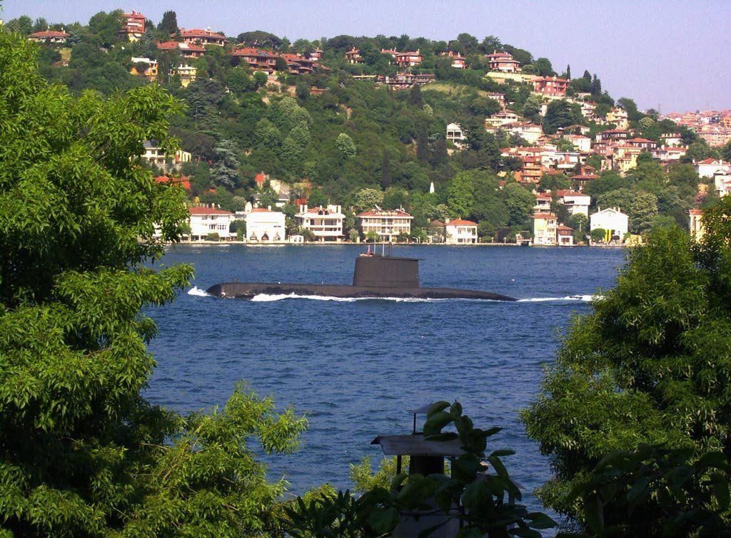 Turecki okręt podwodny typu 209 przepływa przez cieśninę Bosfor w Stambule. / Zdjęcie: Denizaltici