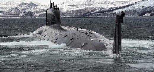 Atomowy okręt podwodny Severodvinsk wypływa z bazy morskiej Zapadnaya Litsa. / Zdjęcie: Lev Fedoseyev / TASS