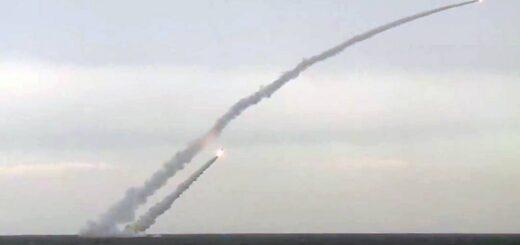 Wystrzelenie pocisku Kalibr podczas ćwiczeń Kavkaz. / Zdjęcie: Biuro prasowe rosyjskiego Ministerstwa Obrony / TASS