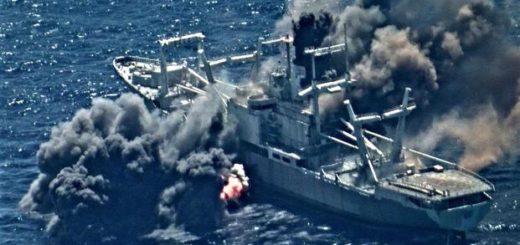 Płonący ex-USS Durham (LKA 114) po trafieniu artyleryjskim i ataku lotniczym. / Zdjęcie: US Navy