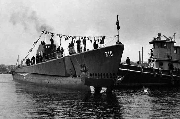 USS Grenadier (SS-210) – amerykański okręt podwodny typu Tambor z czasów drugiej wojny światowej. W wyniku uszkodzeń układu napędowego spowodowanych japońskim atakiem lotniczym, 22 kwietnia 1943 roku zatopiony przez własną załogę w pobliżu Cieśniny Malakka. / Zdjęcie:  http://www.oneternalpatrol.com