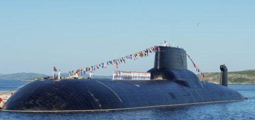 Atomowy okręt podwodny Dmitriy Donskoi. Fotografia wykonana w 2018 z okazji obchodów Dnia Marynarki Wojennej, Zatoka Kola (Severomorsk). / Zdjęcie: Sergey Fedyunin
