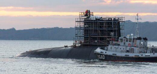 Atomowy okręt podwodny francuskiej marynarki wojennej klasy Triomphant (SSBN) Le Terrible w drodze do doku 8 w bazie morskiej w Breście. / Zdjęcie: Naval Group
