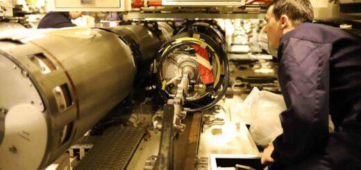 Okręt podwodny brytyjskiej marynarki wojennej HMS Talent przeprowadza próby torpedowe Spearfish u zachodniego wybrzeża Szkocji.. / Zdjęcie: British Navy