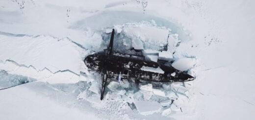 Rosyjski okręt podwodny wypłynął na powierzchnię Arktyki podczas ćwiczeń Umka-21. / Zdjęcie: Ministerstwo Obrony Narodowej Rosji