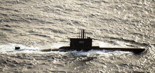 Indonezyjski okręt podwodny KRI Nanggala (402) bierze udział w ćwiczeniach fotograficznych na Morzu Jawajskim w ramach programu Cooperation Afloat Readiness and Training (CARAT) Indonezja 2015. W 21. roku CARAT jest coroczną, dwustronną serią ćwiczeń z US Navy, US Marine Corps. oraz siły zbrojne dziewięciu krajów partnerskich, w tym Bangladeszu, Brunei, Kambodży, Indonezji, Malezji, Filipin, Singapuru, Tajlandii i Timoru Wschodniego. / Zdjęcie: US Navy
