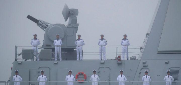 Marynarze stoją na pokładzie niszczyciela rakietowego Type 055 Nanchang, który uczestniczy w paradzie 23 kwietnia 2019 r. / Zdjęcie: Mark Schiefelbein / AFP via Getty Images