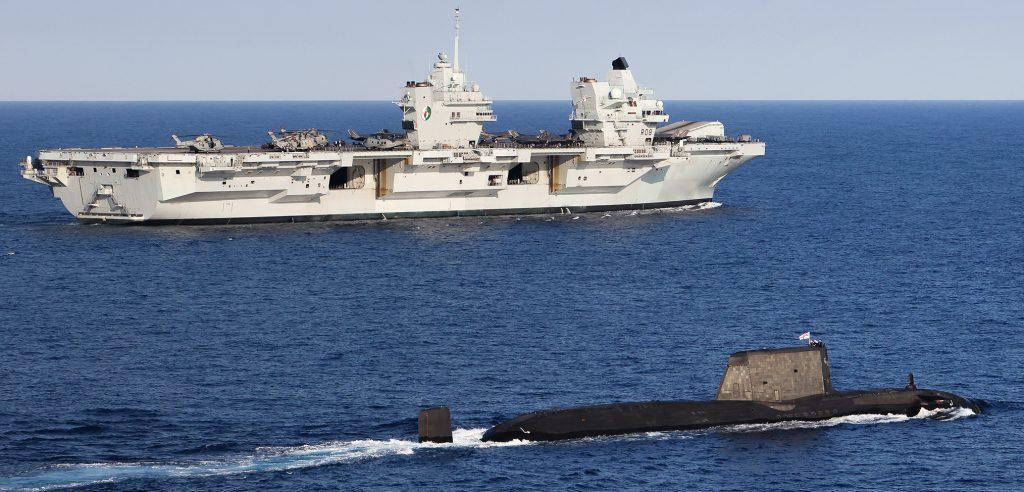 HMS Queen Elizabeth i HMS Artful na Morzu Śródziemnym. / Zdjęcie: Royal Navy