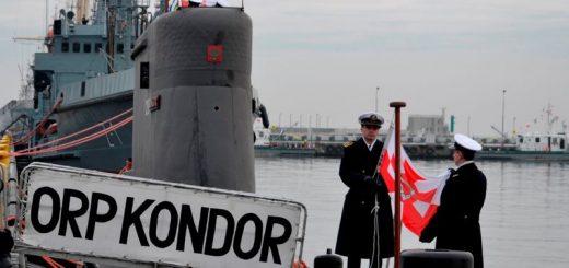 Moment opuszczenia bandery na okręcie podwodnym ORP Kondor. / Zdjęcie: M.Dura